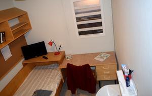 En cell så som den ser ut på Kumla. Och andra anstalter i Sverige. Cirka tio kvadratmeter.