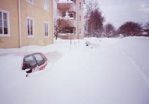 Översnöade bilar blev ett problem för plogbilarna.