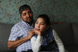 Pappa Azad Karim och yngsta dottern Aoghol Selbi sitter gärna tätt ihop i soffan hemma i villan i Iggesund.