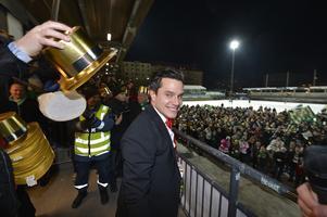 Robin Sundin har varit med och vunnit Hammarbys två första SM-guld. Här firar han på Zinken efter guldet 2013. Bild: Anders Wiklund / SCANPIX
