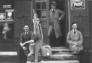 Holmbergs affär i Runhällen. Bilden är tagen i mitten av 1930-talet och det är handlare Edvard Holmberg som står i dörren. Foto: Privat