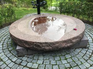 Minneslundskonstverk av Hans Tjörneryd på Bomhus kyrkogård. Foto: Helena Akne