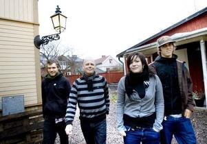 Joe Hill i fokus. Jonas Lilja, Christer Forsberg, Klara Persson och Dennis                               Vesterlund vill få Gävleborna att fatta att Joe Hill faktiskt kom från Gävle. Alltså ordnar de en Joe Hill-fest i morgon.