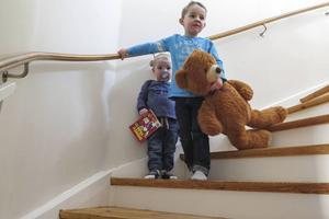 Oskar Halvarsson, 2 år gammal, hans snart 5-årige storebror Linus och nallebjörnen Bamse i den trappa som jag gick upp- och nedför tusentals gånger som barn.