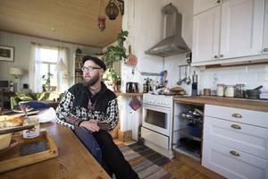 Björnola Lind trivs hemma i köket. Rucklet han en gång köpte är ett minne blott.