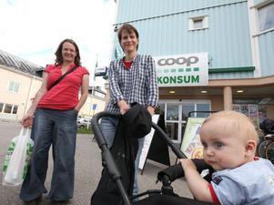 Camilla Forsman och Anna Forsman från Kristianstad med sonen Elias stannade till i Ockelbo på väg till Jämtland. – Vi hörde det på radion. Det är en rolig nyhet för alla. Det är extra kul eftersom jag precis själv har fått barn, säger Camilla