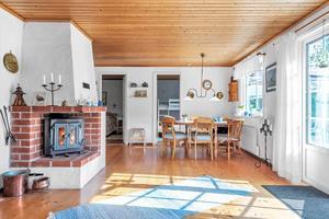 I vardagsrummet finns det en öppen spis som höjer mysfaktorn och värmer gott under kyliga dagar. Foto: Fisheye Foto