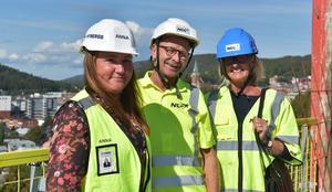 Anna Edman från Nybergs fastigheter, platschef Kenneth Hägglund från NCC och Annacarin Holmgren från Fastighetsbyrån.