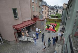 Bild från Örebro studenten 2020. Fem studenter sprang ut åt gången och det tilläts bara två anhöriga per elev –  ett annorlunda utspring på Drottning Blankas gymnasium. Glädjen var dock densamma som alla andra år.