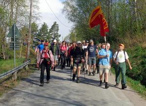 Fredag 11 maj.  Vandringen har startat från Bjursås. Jan-Olof Dahlström bär Bjursås sockenfana. Foto: Jan-Olof Montelius