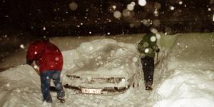 Bilar skottades fram. På söndagen föll det över 40 cenimeter snö.  Foto: Lars Nyqvist.