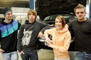 Daniel Ingo,  Marcus Lundell, Anna Henriksson och Simon Frank har startat företag i projektform tillsammans med sina klasskamrater på fordonsprogrammet. Nu håller de tummarna för att många kunder skall besöka deras bilverkstad de kommande veckorna.