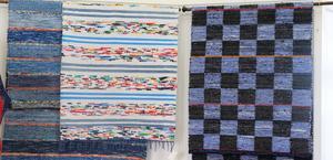 Trasmattor i olika färgställningar ingår i utställningen.