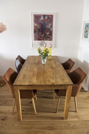 Matbordet i vardagsrummet går i samma färg som ekgolvet.