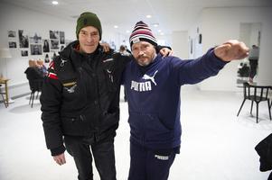 Ulf Olsson är glad att han kan träffa sina vänner under ordnade former i trevlig miljö. Här är han tillsammans med kompisen Åke Jonsson.