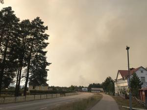 Brandröken låg tät över Kårböle och den 19 juli utrymdes byn.