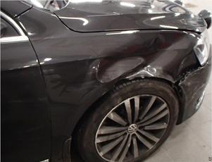 Skadorna på den civila polisbilen efter prejningen. Bild: Polisens förundersökning.
