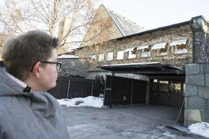 I fredags började det komma in vatten i krematoriet, då upptäcktes det att koppartaket var borta. Man kan inte se några skador på fastigheten men konstruktionen är blöt, säger Eva Carlin, fastighetschef och tillförordnad kyrkogårdschef.