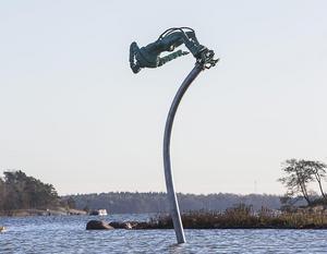 """Skulpturen """"Free fall"""" av Anna Uddenberg,  på Hanaholmen i Finland, har skänkts av Sverige till Finland som en 100-årspresent."""