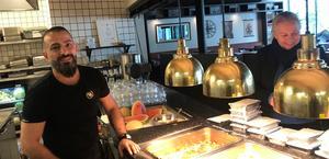 Camran Habib bjuder hemlösa på överbliven mat från sin restaurang. Till höger Åsa Alexandersson, verksamhetschef på Fenix 019, som tacksamt tar emot.