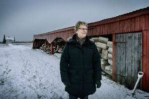 Iris Sjögren nere vid sjön Sörmogen. I bakgrunden syns Chistoffers Kläffords barndomshem, där hans pappa bor kvar.