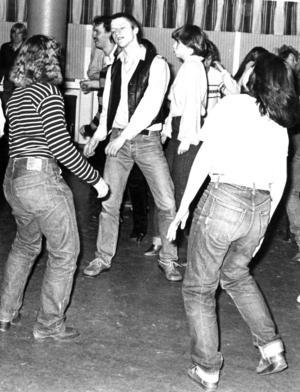 Även militären hängde så småningom på när discovågen drog in över Östersund. 1980 bjöd F 4 in 140 tjejer från Östersund för att dansa och roa sig med 160 värnpliktiga.