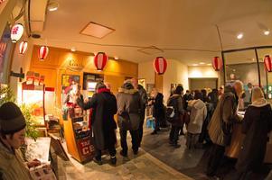 Många kom för att se på japanska filmer vid biografen.FOTO:JONAS ERIKSSON