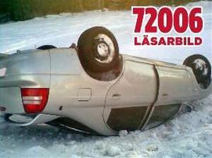 Förarens bil tippade på taket efter att ha kört av Stigsjövägen vid 14-tiden på tisdagen. Orsaken enligt föraren är den spåriga vägbanan.