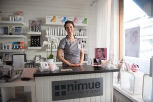 Katarina utför klassisk hudvård, hårborttagning och frans- och brynfärg.