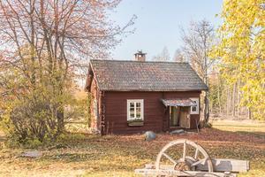 300 000 kronor är utropspriset för det här lilla fritidshuset i Insjön, Leksands kommun. Foto: Fastighetsbyrån Leksand