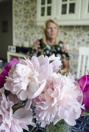 I köket på Södermalm har Annika Bel Mekki tagit in underbart doftande pioner från trädgården.
