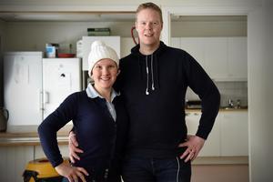 Elli och Per Palmer inne i cafeterian i Lomsmyren. Per är ordförande i Mora ridklubbs styrelse.