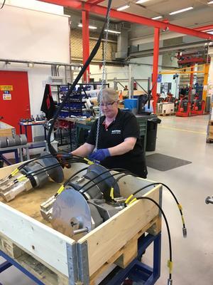 Full fart råder i den karaktäristiska långa fabrikslokalen längs Universitetsallén (tidigare just Fabriksgatan). I bild: Eva Persson.