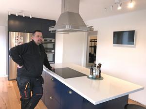 Johan gillar att laga mat och han vill också kunna se på teve under tiden. För att få det att funka, sitter köksfläkten högt.
