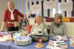 Handarbete och finskt julfika. Helmi Mäntulä, Katri Aarnimätsä och Pirkko Lindfors från finska pingstförsamlingen fanns med på fredagen i biblioteket med sin försäljning.