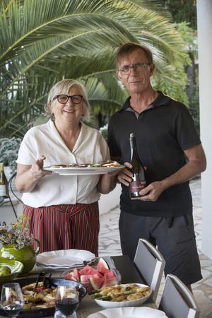Hos Ariana och Arne Mellqvist  är det skördefest, varje dag. När vi kommer bjuder de in till en middag med medelhavstema.