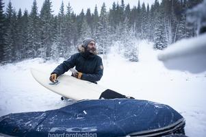 Jonte Grundelius vaxar brädan innan surfet i Kallsjön.