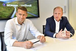 Northvolts vd Peter Carlsson och Scanias dito Henrik Henriksson vid en presskonferens i början av förra året när de båda bolagen presenterade ett forskningssamarbete.