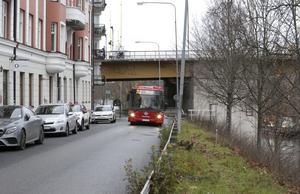 Framkomligheten för SL-bussarna är viktig. Därför vill debattören att kameror ska installeras i bussar som kan fota och bötfälla felparkerade bilar. Foto: Tomas Karlsson