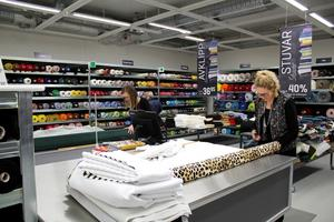Klipper tyger. Anna Eriksson (till vänster) är en av de nyanställda i butiken. Lotta Persson jobbar egentligen i Malmöbutiken, men är på plats och hjälper till vid nyöppningen.