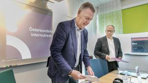 Christer Sundin och Unto Järvirova, styrelseordförande och biträdande kommundirektör på tisdagens presskonferens.