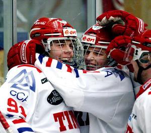Magnus och Anton efter att Magnus gjort 6–0 i en match mot Skellefteå i februari 2009.  Bild: Håkan Humla/Arkivbild.