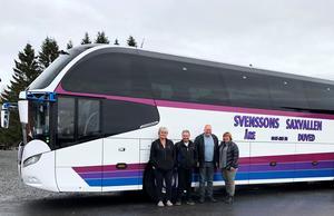 Det anrika bussföretaget Svenssons Saxvallen säljs av nuvarande ägarna Anneli Svensson Wassdahl och Jan Svensson och köps av Marcus Molund och Malin Magnusson. Foto: Urban Svensson