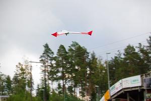 Här lyfter drönaren för att inspektera kraftledningarna i Sörfors.