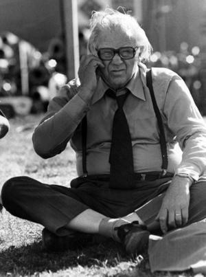 Gunnar Sträng (1906-1992), socialdemokratisk politiker, statsråd 1946-1976, finansminister 1955-1976, riksdagsman 1946-1985. Här sitter han på en gräsmatta och kliar sig på kinden. Foto: Kent Östlund / Svenskt Pressfoto / SCANPIX /
