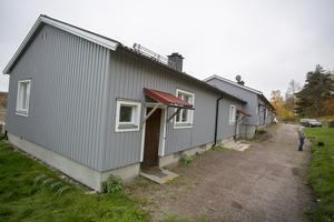 Längst ut i den här huslängan i Bodås bodde en kort period som mest tio utländska hockeyspelare som värvats till VG Hockey.