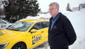 Karl-Arne Dahlqvist berättar att det är framförallt de gula bilarna som används vid ersättningstrafik för försenade och inställda SJ-tåg.