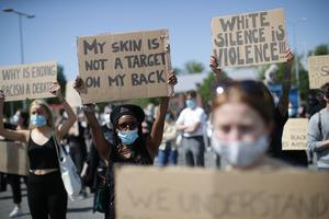 Icke-vita personer har inte ett val, de kan inte välja att inte bli förtryckta. Att välja att inte se färg, är som att blunda för förtrycket icke-vita får utstå, skriver Tora Andersson. Foto Adam Ihse, TT.