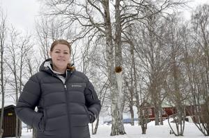 Jeanette Hedlund trodde först att det var ett skämt när hon fick höra att det klättrade omkring ett par gubbar i hennes björk.