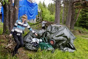 Kortfilmen Retur har varit under inspelning i Åkeräng, en by cirka en mil utanför Östersund. Under tre veckor har scenograf Åsa Nilsson arbetat med rekvisitan. De sista förberedelserna inför en vedhuggarscen kräver sin planering och sinne för detaljer för att det ska se realistiskt ut på film. Träkubbarna läggs på plats och snart rullar kameran igång.